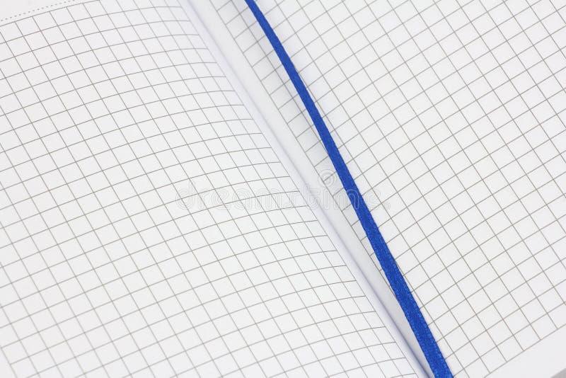 Geöffnete Seitenverbreitung des Notizblockes, sauberes weißes Blatt, gezeichnet, in überprüft mit blauem Textilbookmark, um wicht lizenzfreies stockbild