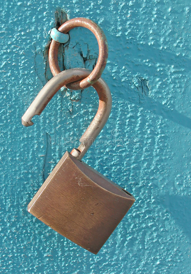 Geöffnete Verriegelung auf Blau lizenzfreies stockfoto