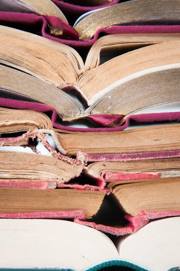 Geöffneter Buchstapel stockbild