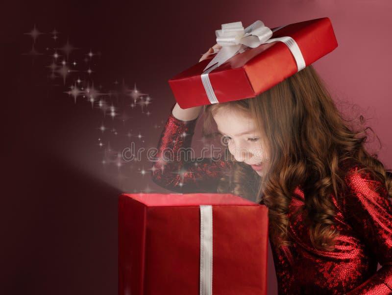 Geöffneter Geschenkkasten des Mädchens lizenzfreies stockfoto