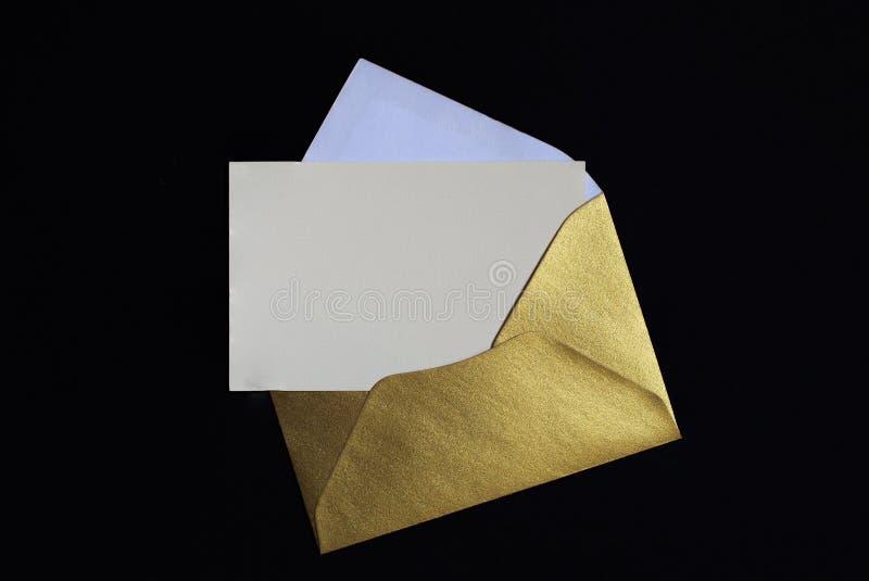 Geöffneter goldener Umschlag auf schwarzem Hintergrund stockfotos