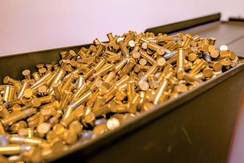 Geöffneter Munitionskasten voll Kugeln lizenzfreie stockfotos