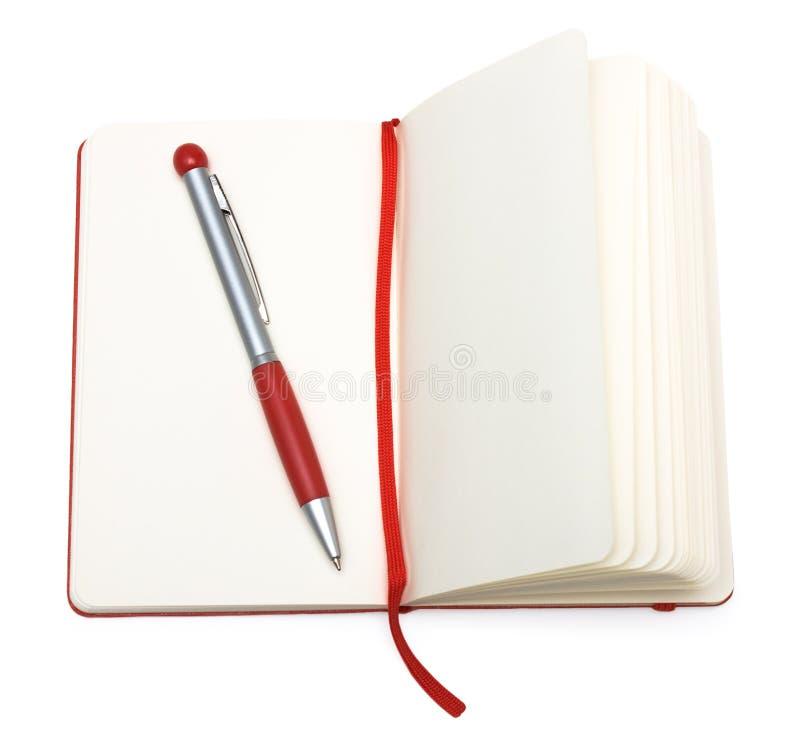 Geöffneter Notizblock des Rotes (Papier) mit Feder und Bookmark lizenzfreies stockfoto
