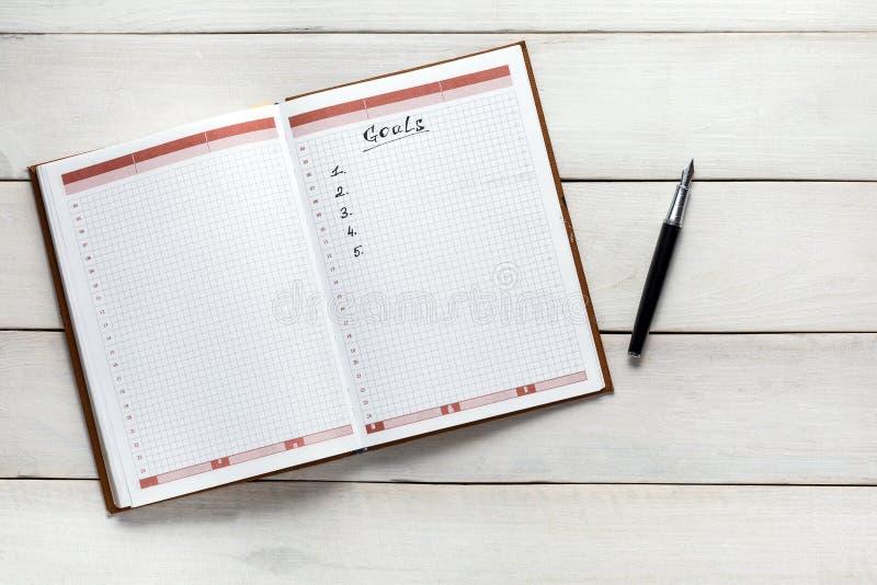 Geöffneter persönlicher Organisator With Goals List, Draufsicht Notiz-Planungs-Strategie-Prozess-Ideen-Konzept lizenzfreie stockfotos