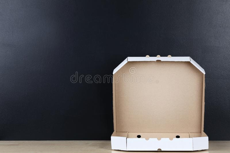 Geöffneter Pizzakasten stockfotos