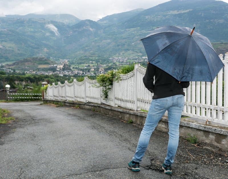 Geöffneter Regenschirm der jungen Frau Holding lizenzfreie stockfotos