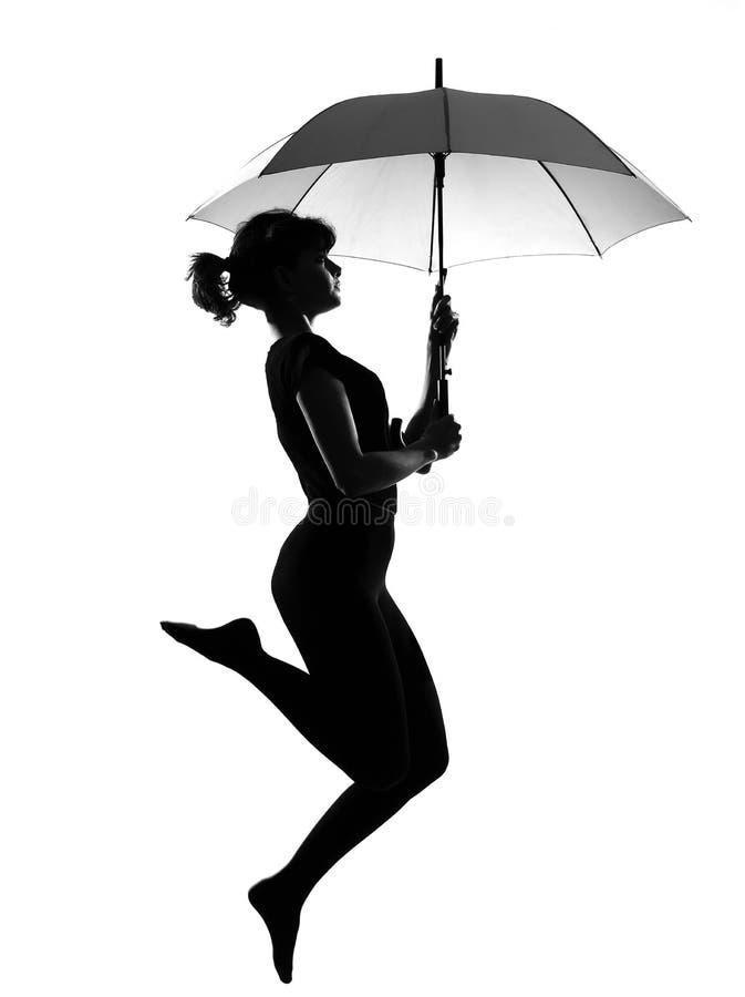 Geöffneter Regenschirm der Schattenbildfrauenflugwesen-Holding lizenzfreie stockfotos