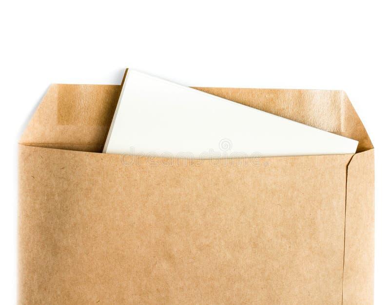 Geöffnetes Braun bereitet Umschlag mit Papierbuchstaben nach innen auf Weiß auf stockbild