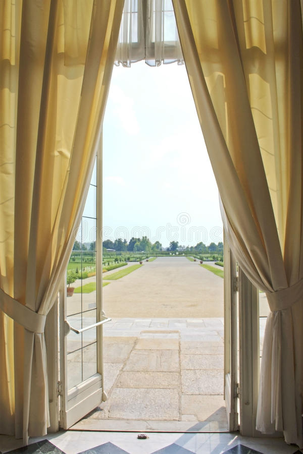 Geöffnetes Fenster eines königlichen Palastes stockfotos