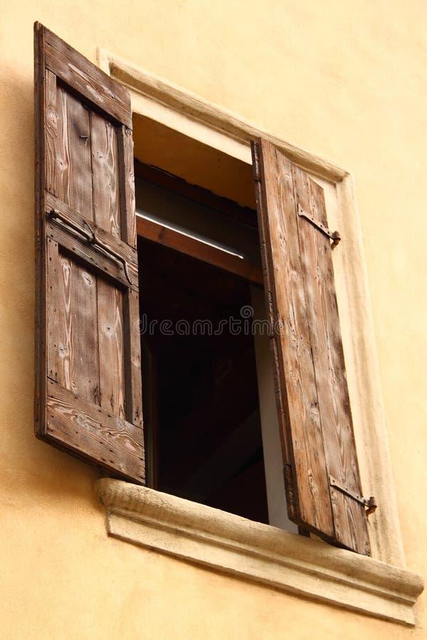 Geöffnetes Fenster mit Blendenverschlüssen stockfotografie