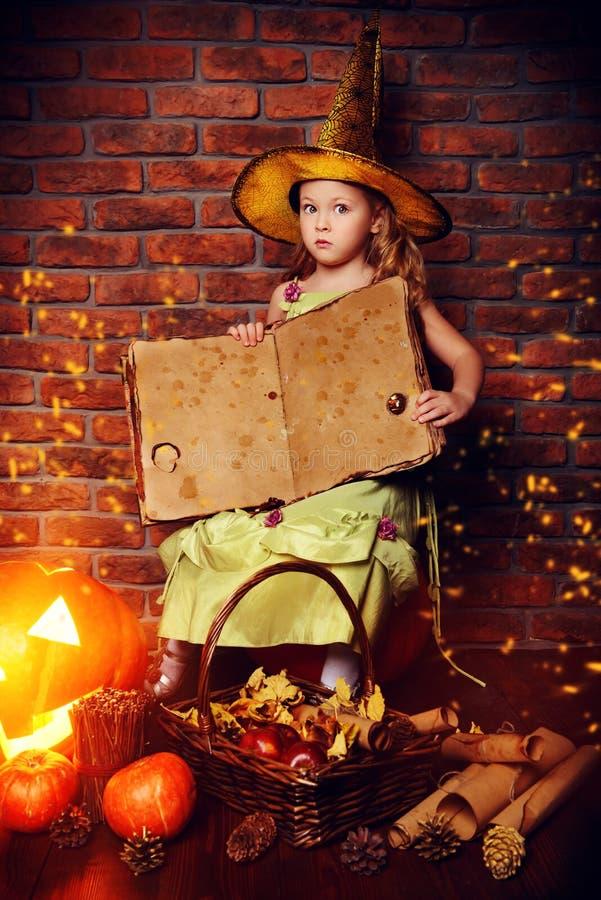 Geöffnetes magisches Buch stockfotos