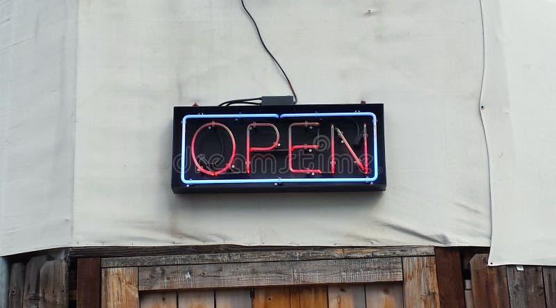 Geöffnetes Zeichen des Neons lizenzfreie stockfotos