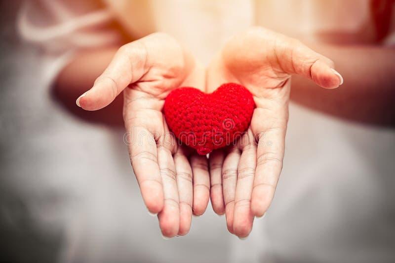 Ge att dela älska hjärta för välgörenhetbegrepp royaltyfria foton