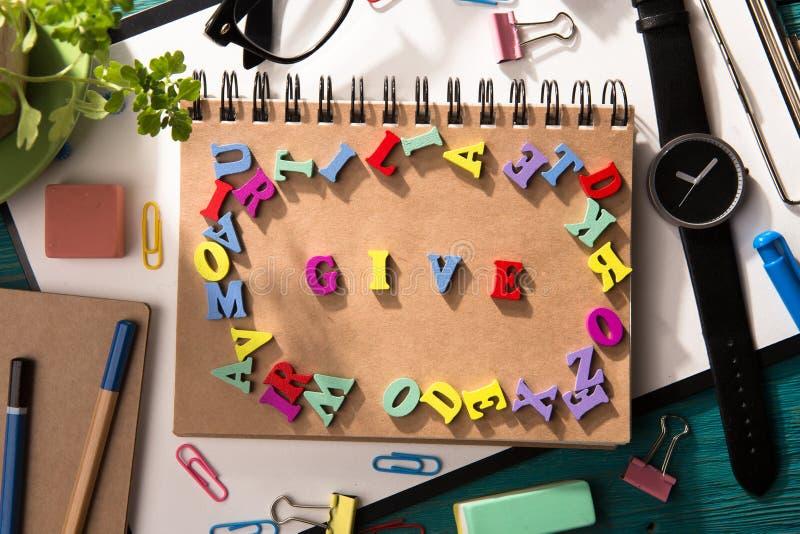 Ge begreppet - inskrift på skrivbordet royaltyfri bild