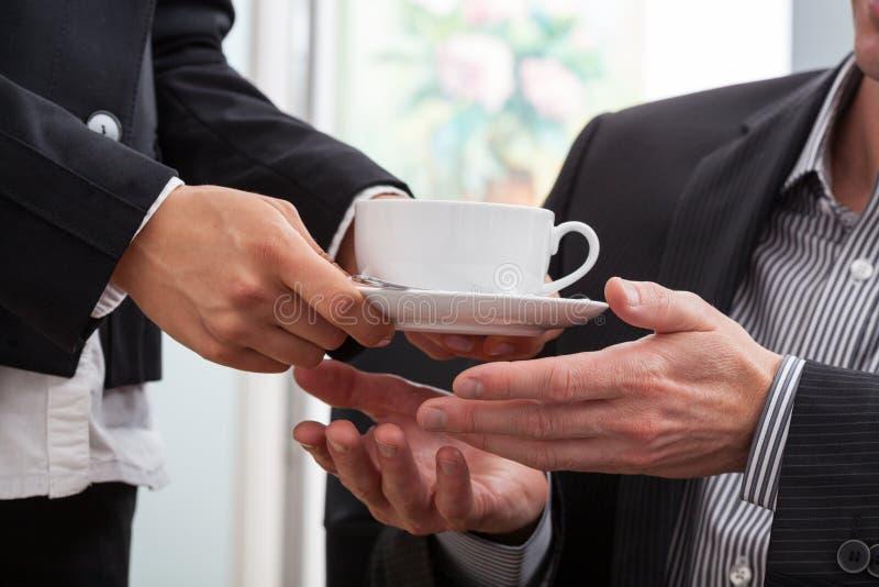 Ge en kopp kaffe royaltyfria bilder