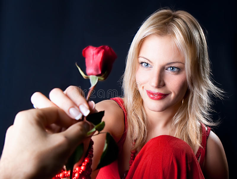 Ge en rose arkivfoton