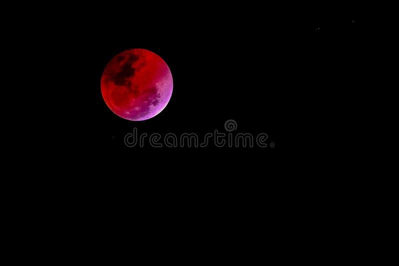 Ge första erfarenhet månebegreppet av en röd fullmåne mot svart himmel royaltyfri fotografi