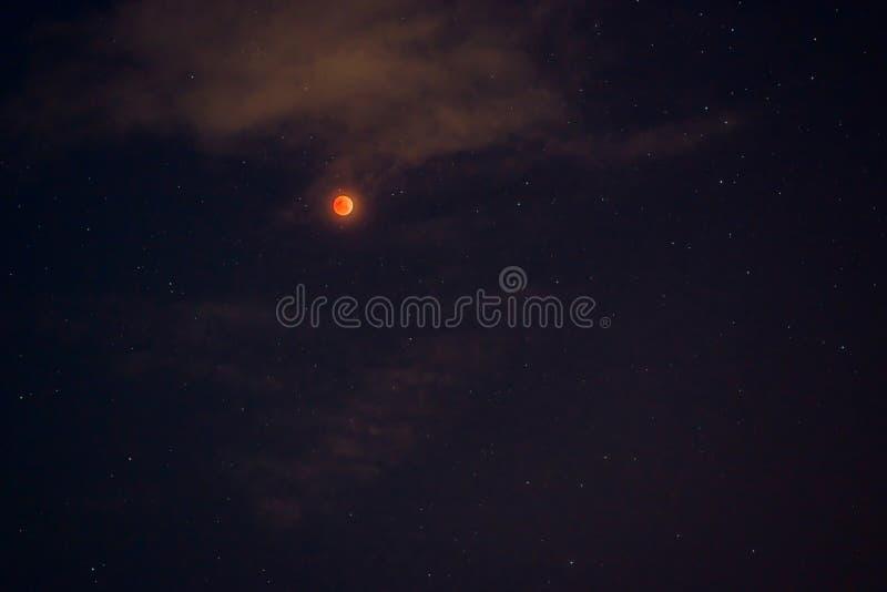 Ge första erfarenhet månebegreppet av en röd fullmåne mot en svart himmel arkivfoton