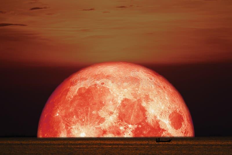 ge första erfarenhet månen på havet för horisonten för baksida för nattsolnedgånghimmel arkivbild