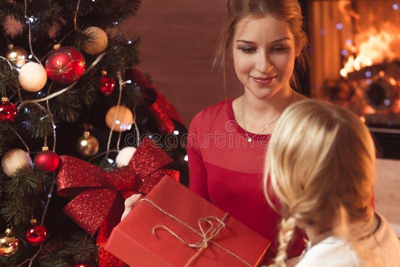 Ge gåva på jul royaltyfria foton
