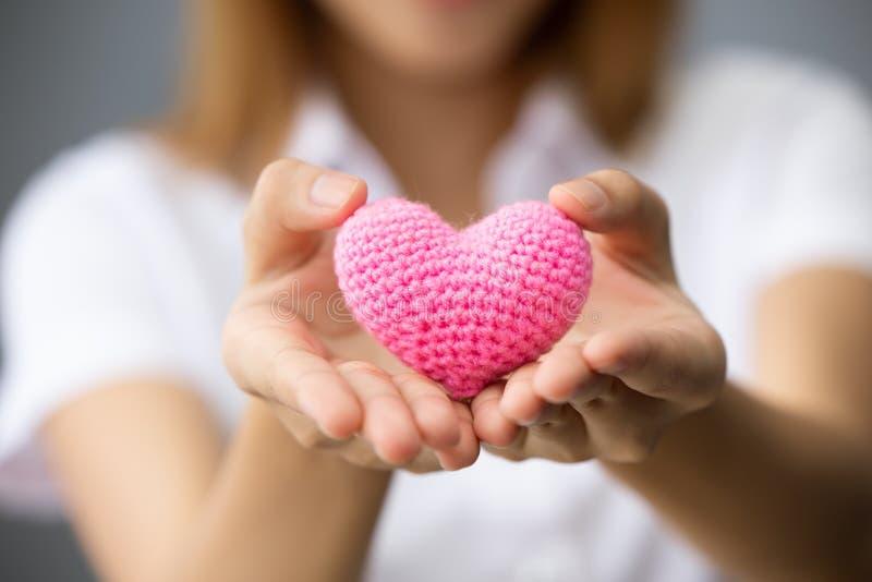 Ge hjärta för att dela donationaktieförälskelse arkivbilder