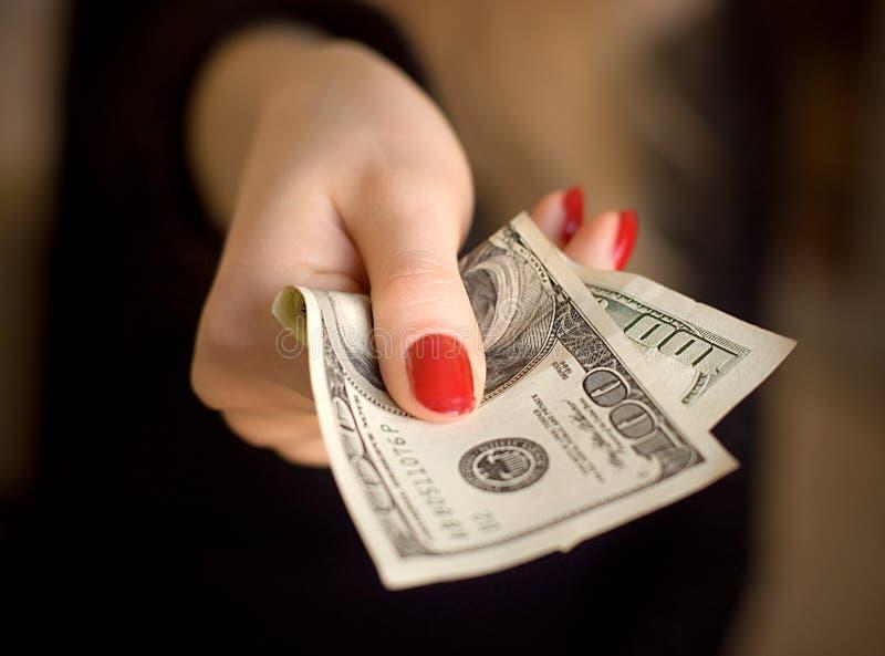 ge kvinnan för handpengar royaltyfri bild