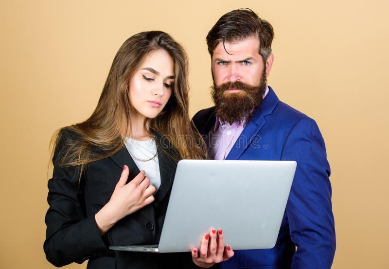 Ge?nspireerd om hard te werken sexy vrouwensecretaresse die in computer kijken zakenman met partner mededeling en vergadering royalty-vrije stock afbeeldingen