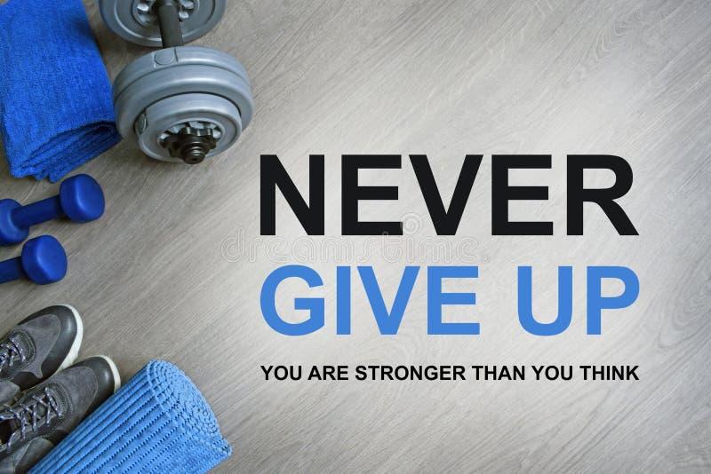 ge sig aldrig upp Du är starkare än dig funderaren Motivational citationstecken för kondition fotografering för bildbyråer
