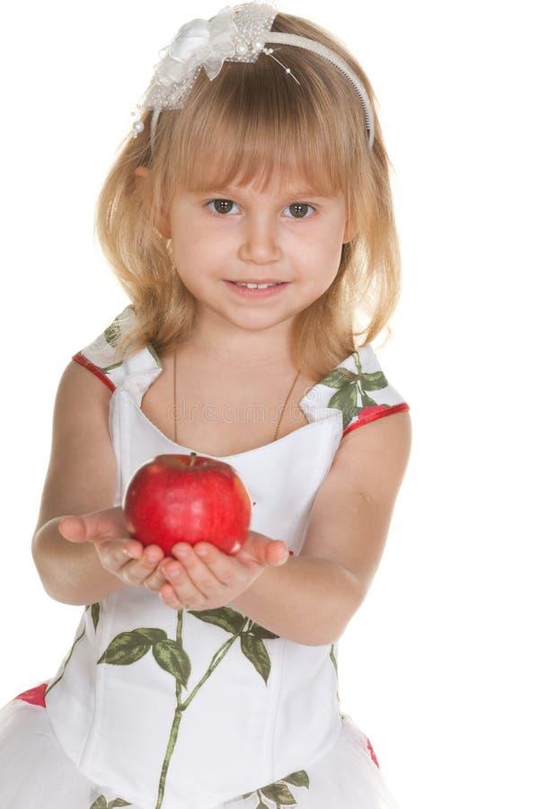 ge sig för flicka för äpple charmigt royaltyfri bild