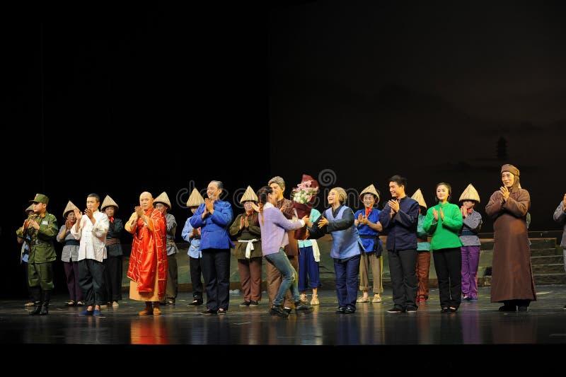 Ge skådespelarna den blommaJiangxi operan en besman fotografering för bildbyråer