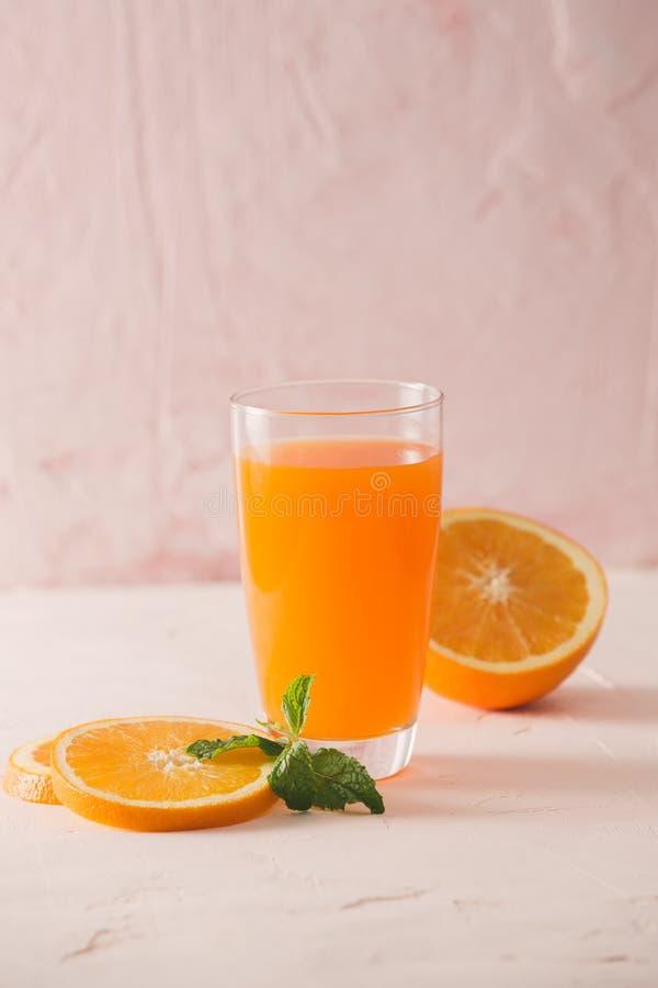 Ge?soleerd jus d'orange met plakken van sinaasappelen op witte achtergrond 100 percenten vers en organisch Zoete sappige cocktail stock afbeelding