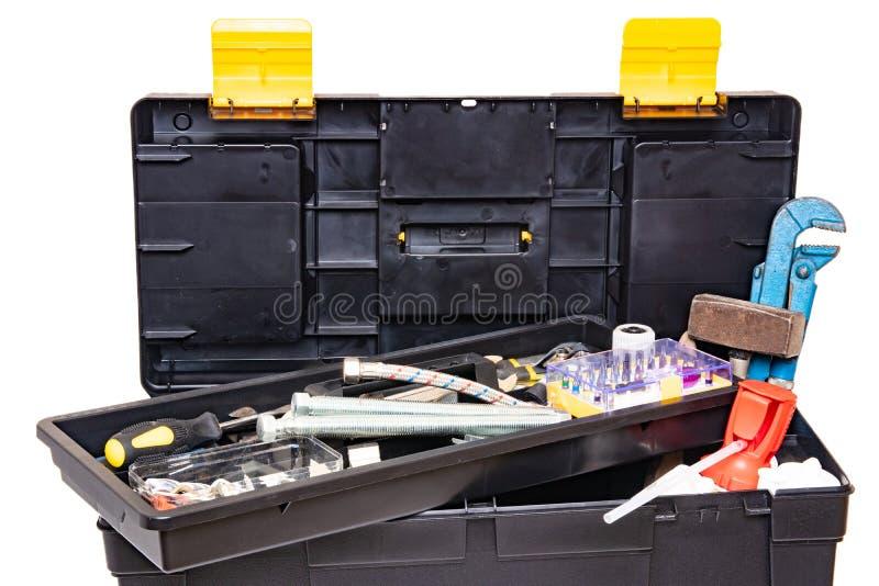Ge?soleerd op een witte achtergrond De zwarte plastic doos van de hulpmiddeluitrusting met geassorteerde hulpmiddelen en met dive royalty-vrije stock afbeelding