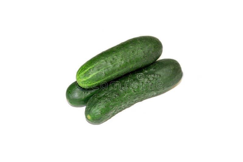 Ge?soleerde komkommer ??n gehele die komkommer op witte achtergrond met het knippen van weg wordt ge?soleerd stock afbeeldingen