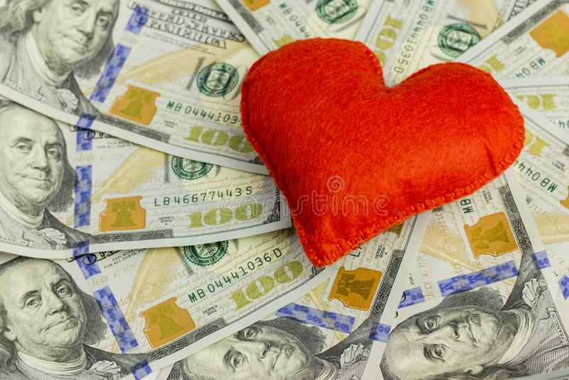 Ge tusentals dollar till dina älskade en begreppspengar som en gåva för dag för St-valentin` som s gifta sig avtalet, förälskelse arkivfoto