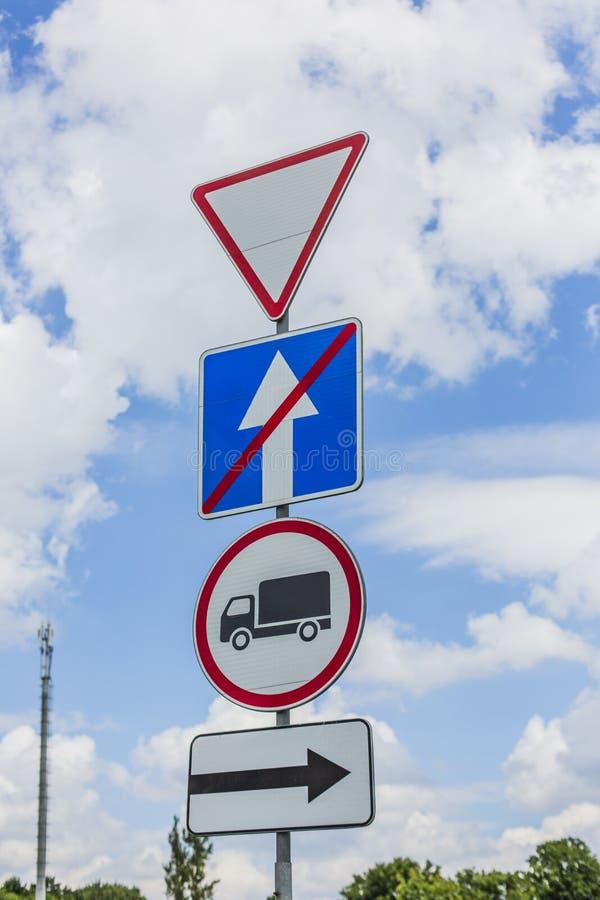Ge vägen, avkastningtecken, passagen förbjudas för lastbilar, slutet av enkelriktad trafik och vänd rätt vägmärkena royaltyfria bilder