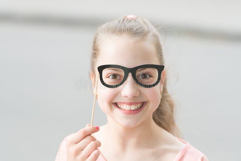 Ge varje barn en lycklig barndom F?rtjusande sm?barn med lyckligt leende och rolig blick till och med exponeringsglasst?ttor Lyck royaltyfri fotografi