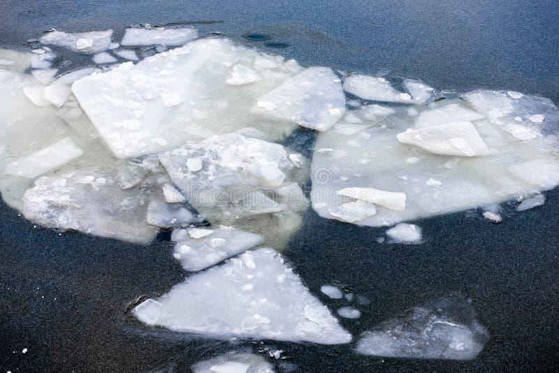 Geaccumuleerde blokken van ijs in een bevroren rivier stock afbeelding