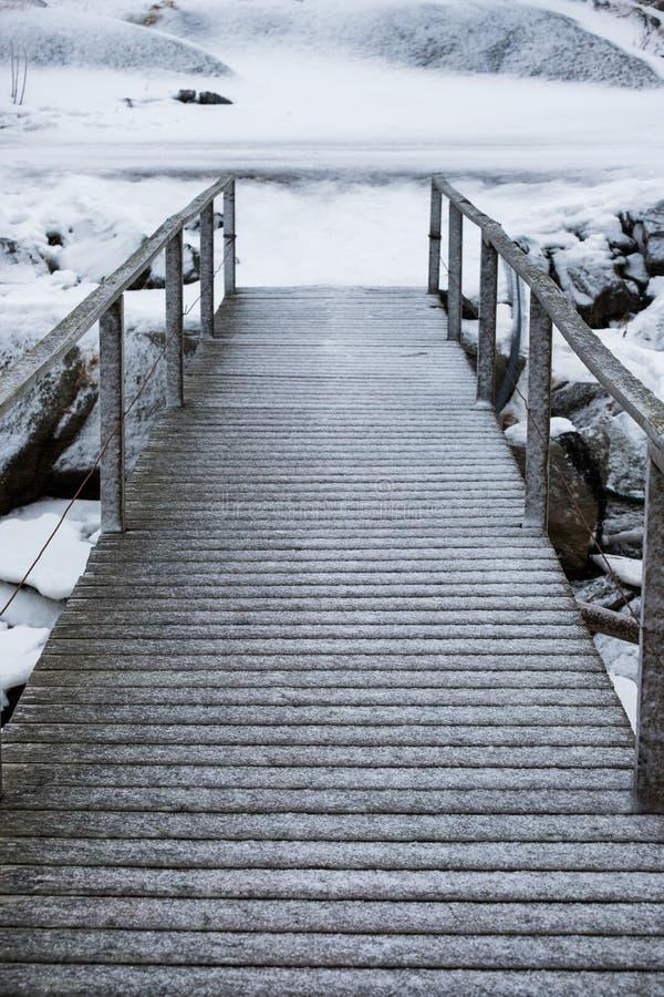 Geada da neve na ponte de madeira imagens de stock