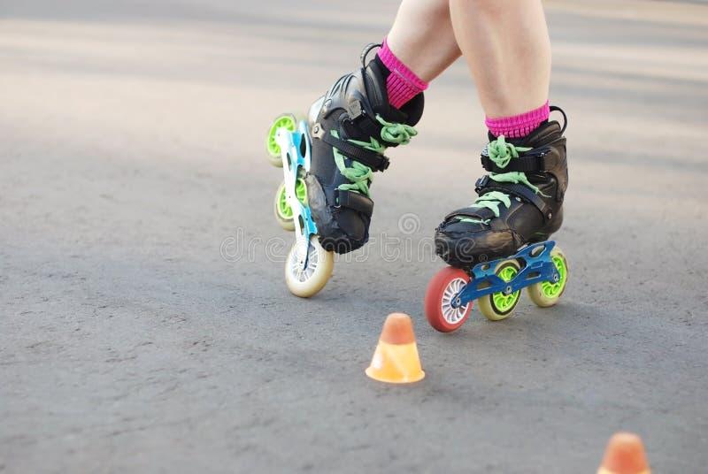 Gealigneerde rol die, het rollerblading, slalom schaatsen rolbenen royalty-vrije stock foto's