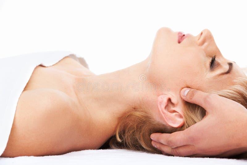 Gealterte Dame, die auf Massagebett liegt lizenzfreie stockfotos