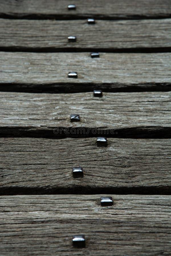 Gealterte Eichen-Planken auf alter Brücke an Gerste Castells y, Wales lizenzfreies stockfoto