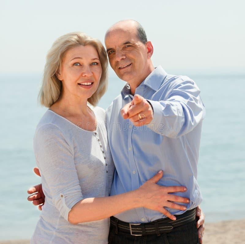 Gealterte Paare in der zufälligen Kleidung, die Finger zeigt lizenzfreie stockbilder