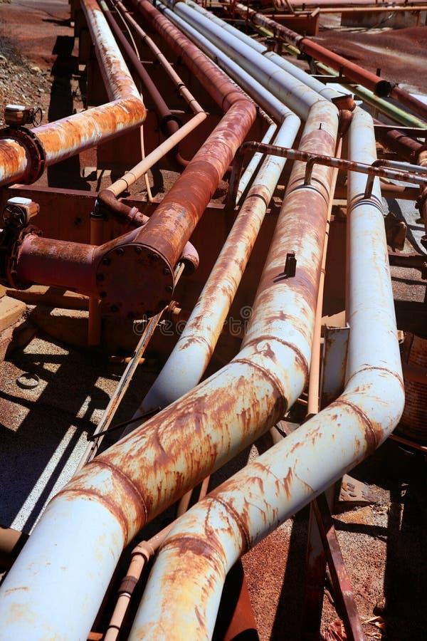 Gealterte rostiges grunge industrielle Rohrzeilen stockfotografie
