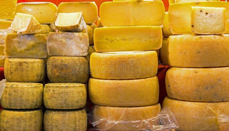 Gealterte und Frischkäse im Verkauf im italienischen Stand stockfotos