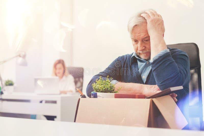 Gealterter besorgter Herr, der für Pension sich zurückzieht stockbilder