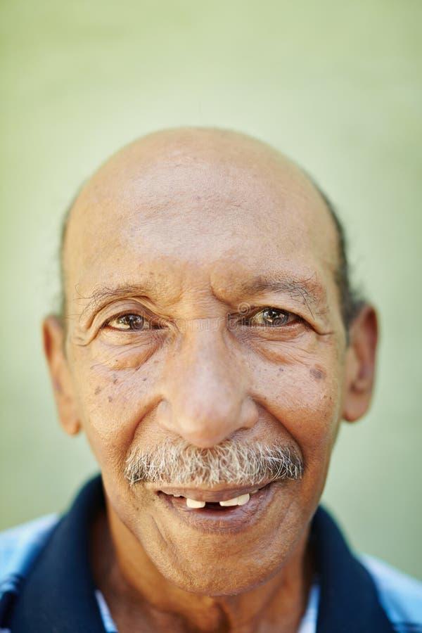 Gealterter Latinomann, der an der Kamera lächelt stockfoto