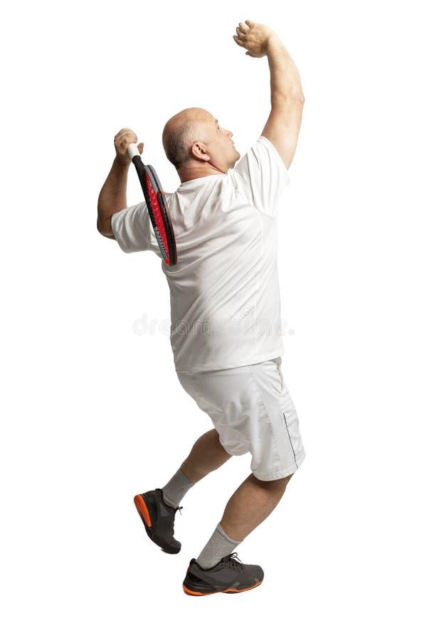 Gealterter Mann spielt Tennis Ballzufuhr Getrennt auf einem wei?en Hintergrund stockfotografie