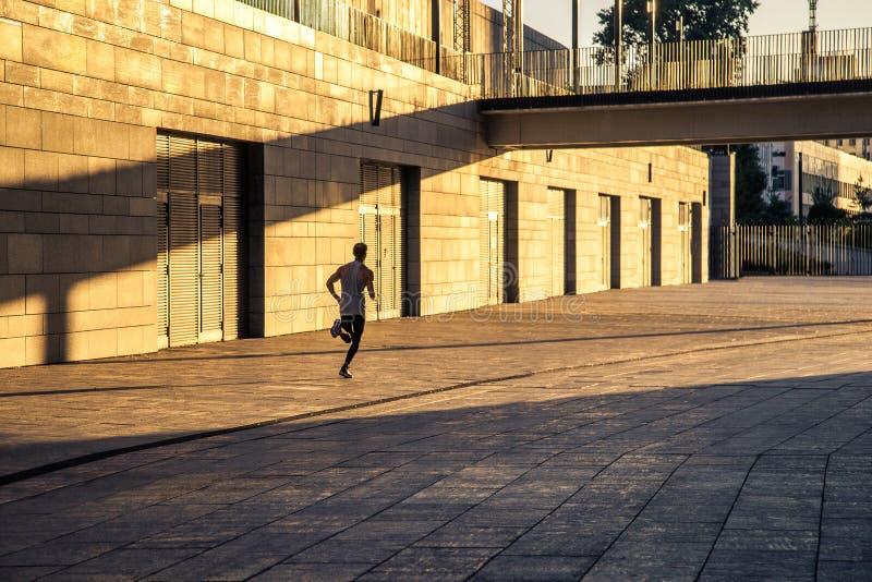Gealterter Sportler, der auf Landstraße, gesunder inspirierend Eignungslebensstil, Sportmotivations-Geschwindigkeitsintervalltrai stockfotos