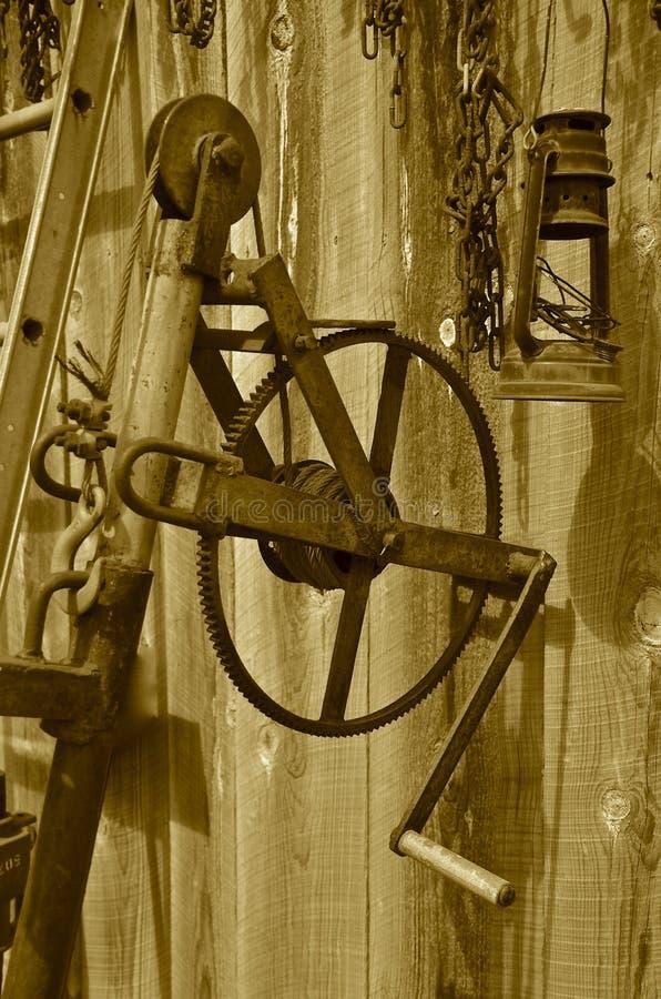 Gealtertes altes Gangrad mit Kurbel und Laterne stockfoto