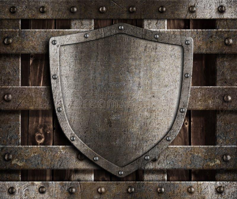 Gealtertes Metallschild auf hölzernen mittelalterlichen Gattern stockfoto